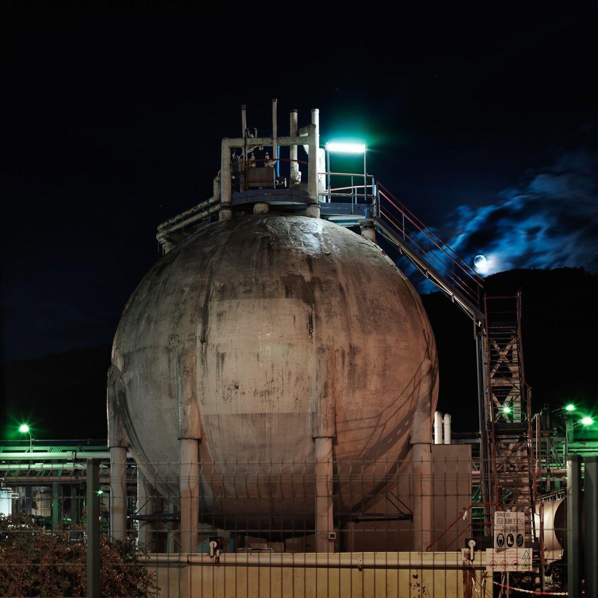 Usine chimique de nuit, réservoir rond