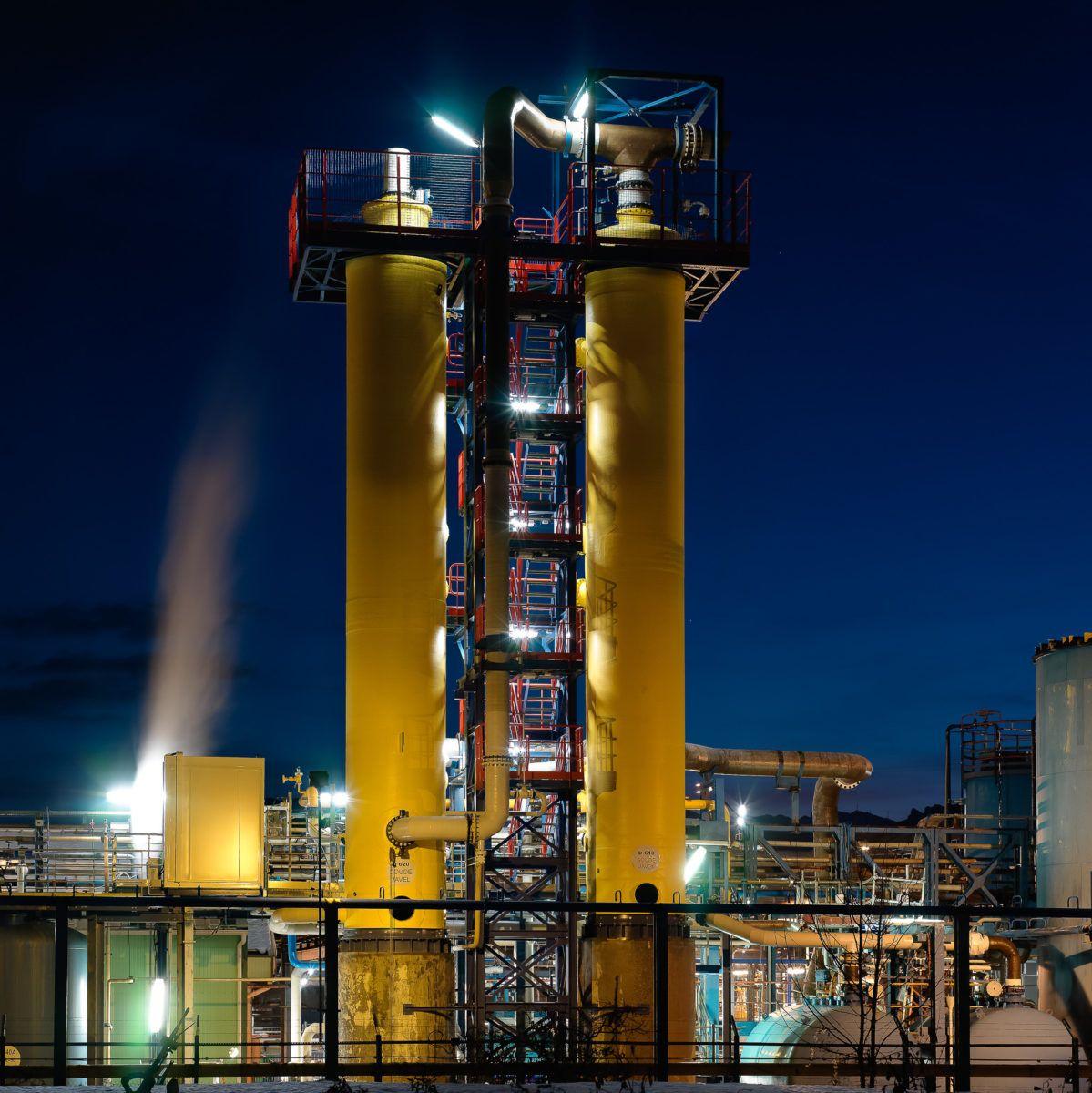 Cheminée jaunes d'une usine chimique de nuit