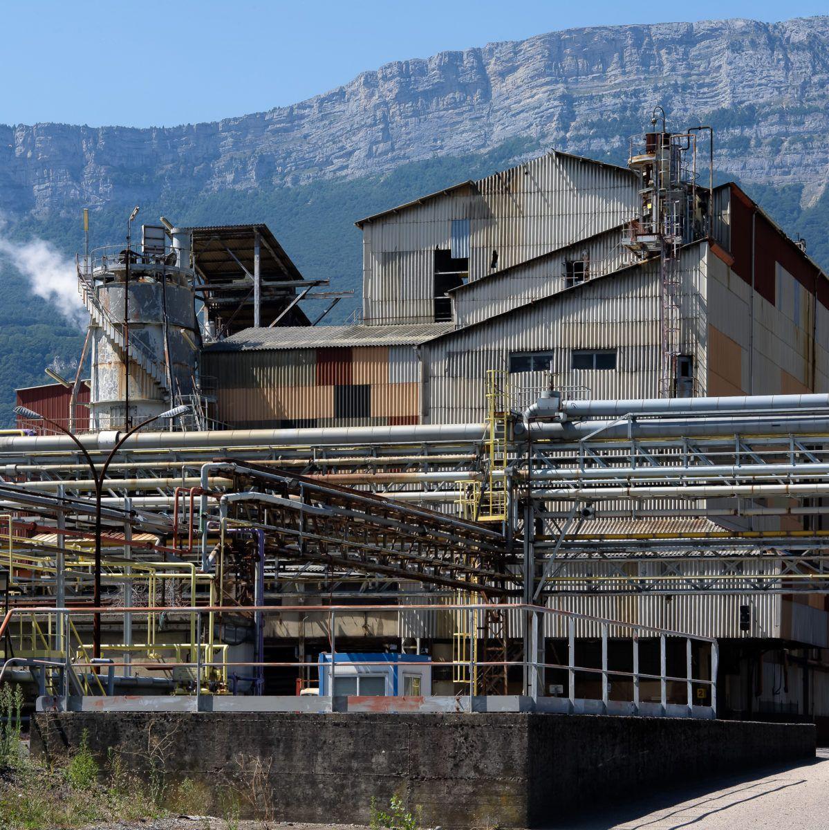 Bâtiment désaffecté d'une usine chimique, montage en fond.