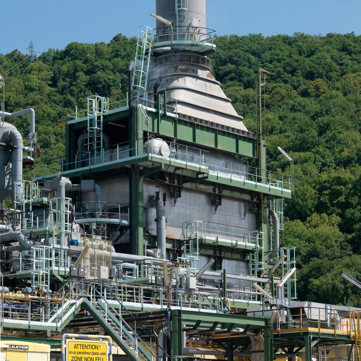 La centrale electrique d'une usine chimique, avec la forêt en fond
