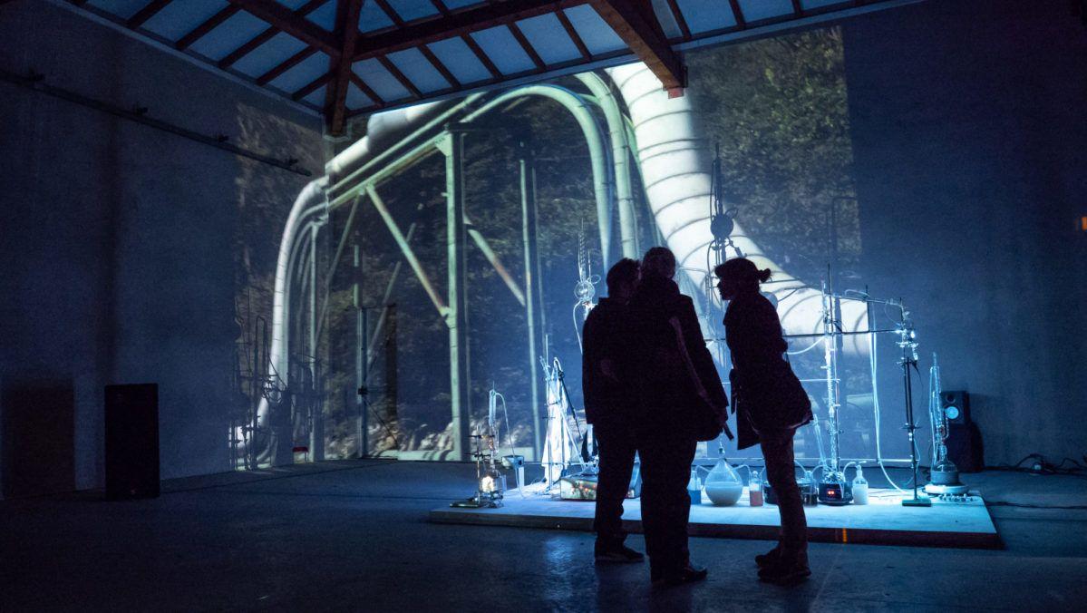 Installation performance Alambic sonore et projection de photographies de la série Paysages chimiques, au Festival Gamerz, à Ecole Supérieur d'Art d'Aix-en-Provence